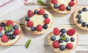 Crostatine con frutta e crema pasticcera